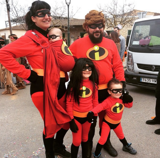 family halloween costumes the incredibles  sc 1 st  LikeShareTweet & These 26 Families Are Crushing Their Halloween Costumes ...